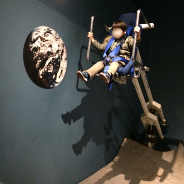 【多摩六都科学館】 ムーンウォーカーで、月面の重力を体験! ギネスプラネタリウムもある
