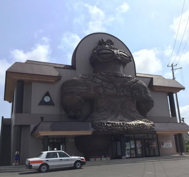 【木造駅】 巨大な遮光器土偶の駅舎。シャコちゃんと、東日流外三郡誌の謎