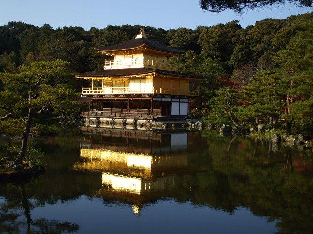 【金閣寺】 正式名称・鹿苑寺。室町幕府最強の将軍が建て、火の鳥のように復活した寺