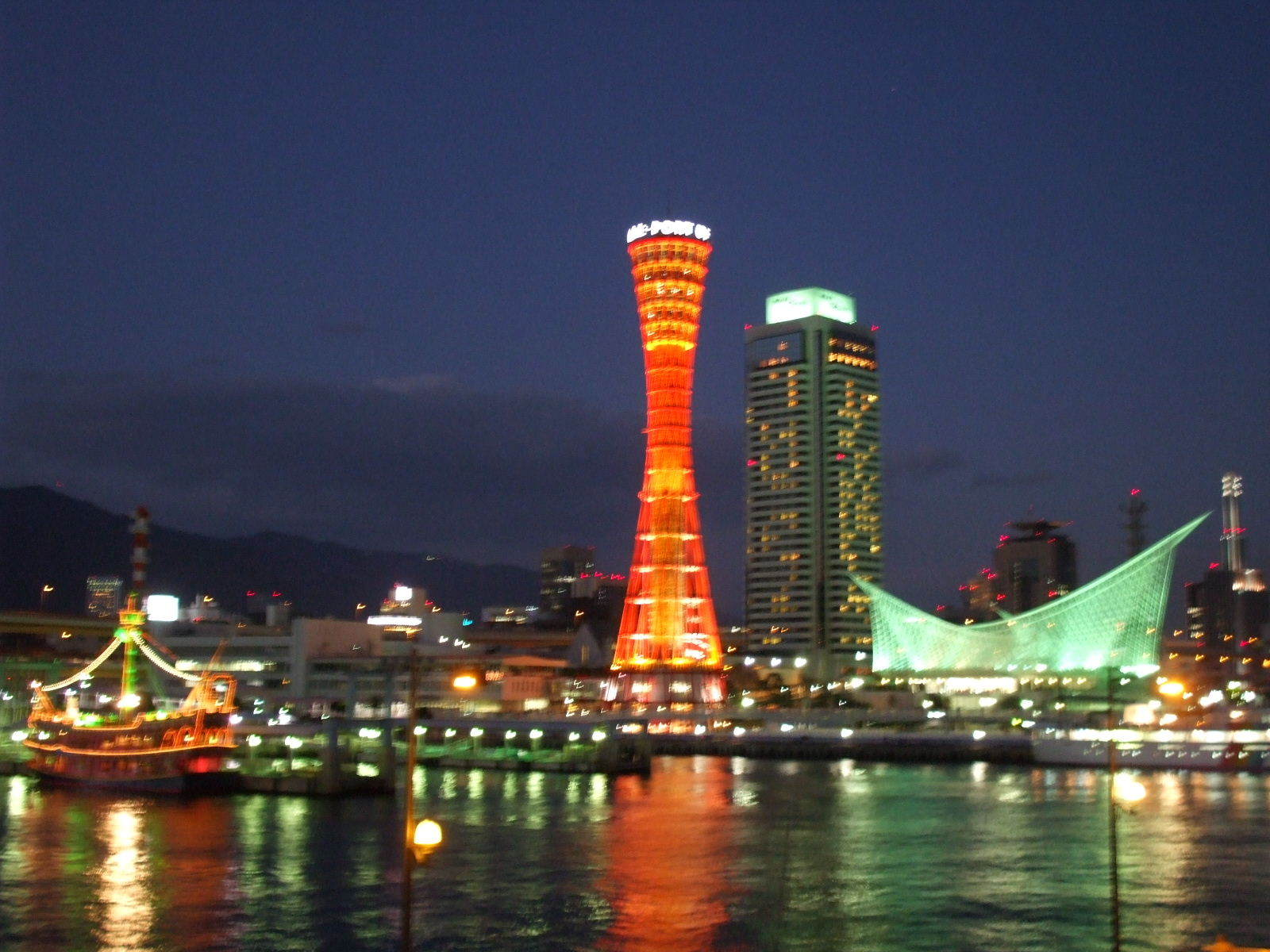 【神戸ポートタワー、メリケンパーク、モザイク】 昼はショッピング、夜は夜景を楽しんで