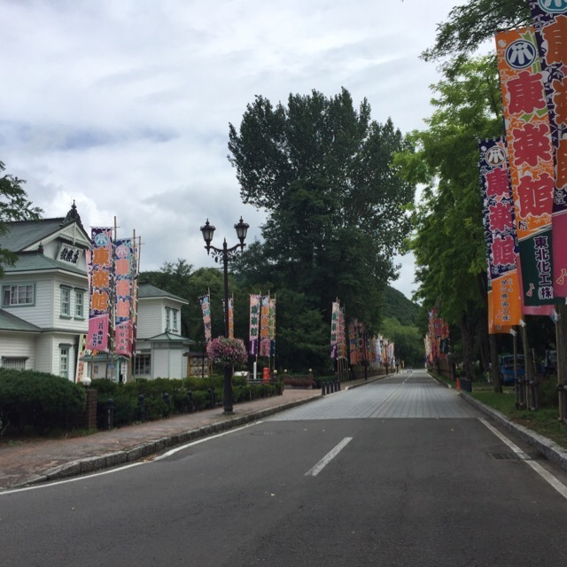 【明治百年通りと、天使館】 6月、小坂町内はアカシアの香りに包まれる