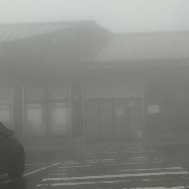 濃霧の八幡平山頂ドライブは怖かった。 八幡平山頂レストハウス。