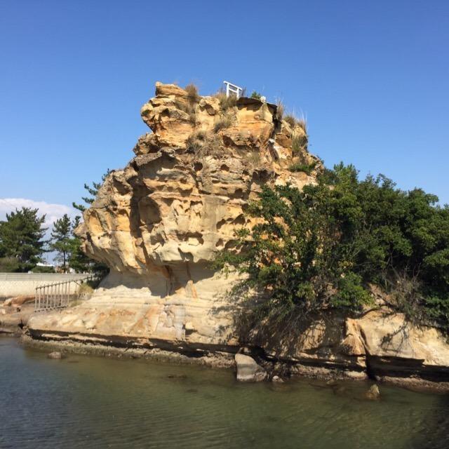 【絵島(えしま)】 淡路島の北東にある小島で、日本最初の国土「オノコロ島」伝承地の一つ