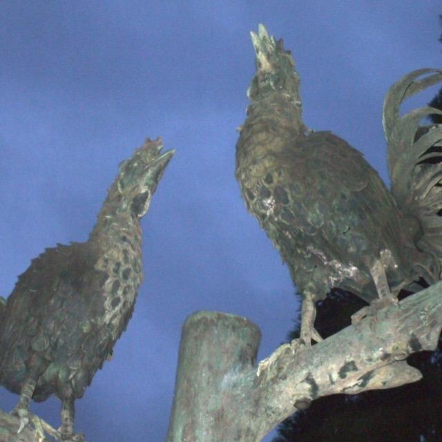 【闘鶏神社(世界遺産)と、弁慶生誕地の碑】 武蔵坊弁慶の父とされる湛増(たんぞう)が、神意を確認した神社