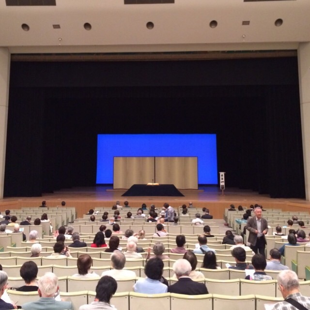 人間国宝 柳屋小三治さんの独演会が良かったらしい。 若い人にも、落語が人気らしい。