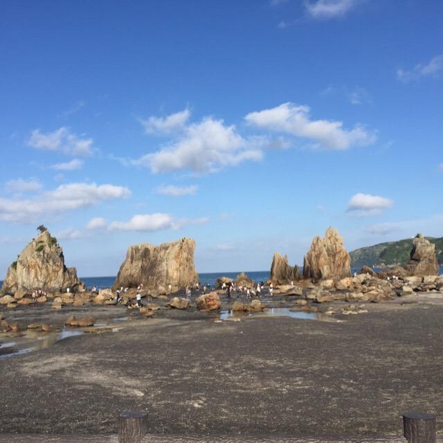 【橋杭岩】 日本最大級ともいえる「宝永大地震」の津波の威力を知ることができる