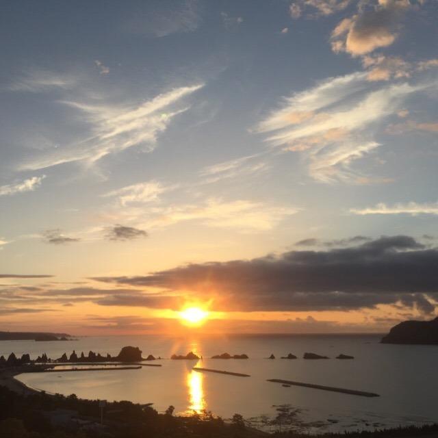 【橋杭岩から昇る朝日と、串本ロイヤルホテル】 こりゃもう、絶景よ~~!