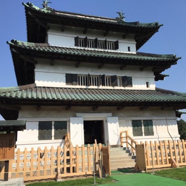 【弘前城】 東北で唯一の「現存天守」があります。石垣と天守台が修復作業中
