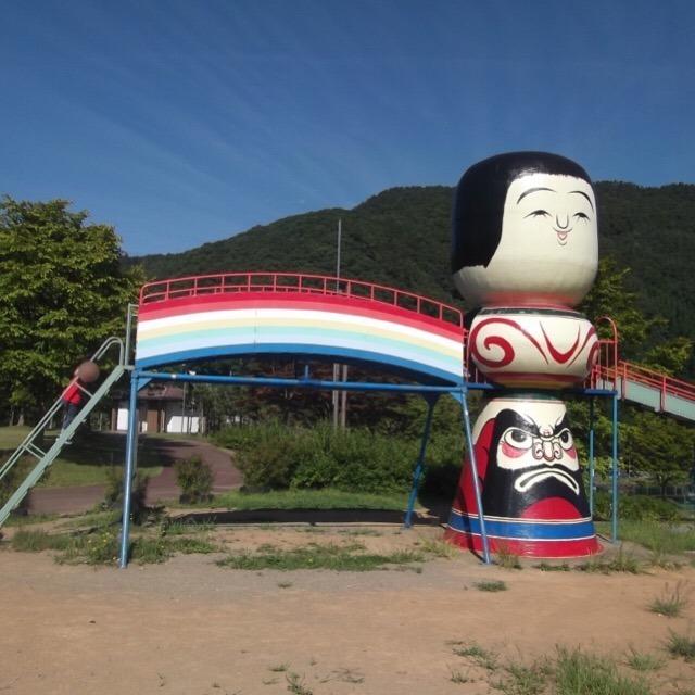【虹の湖公園】 青荷温泉ランプの宿への送迎バス発着所。デカイこけしの〇〇〇!