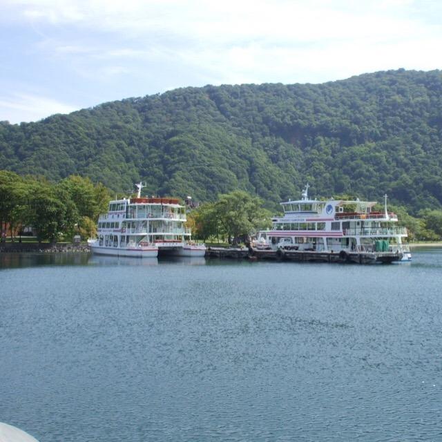 【十和田湖(とわだこ)】 静かなカルデラ湖ですが活火山。奥入瀬渓流の水源
