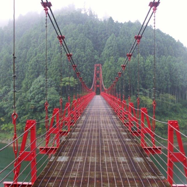 【蔵王橋(ざおうばし)】 有田川(二川ダム湖)にかかる赤い吊橋。ちょっとコワイ