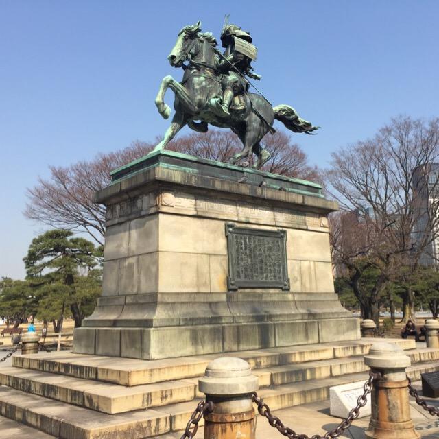 【皇居外苑】 楠木正成像がある。外国人ツアー客のバスがたくさん!