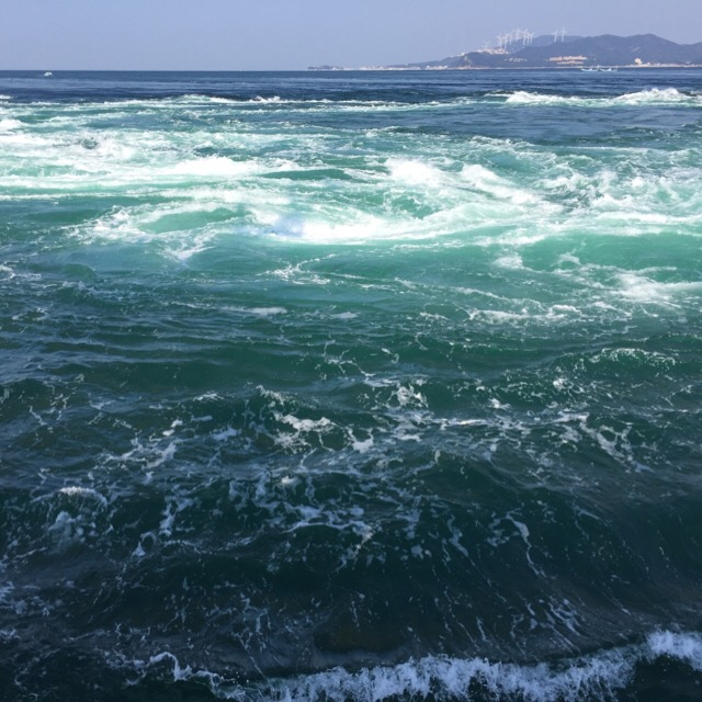 【鳴門のうずしおクルーズ】淡路島福良港発の咸臨丸に乗る。うずしおを見る船はたくさんある