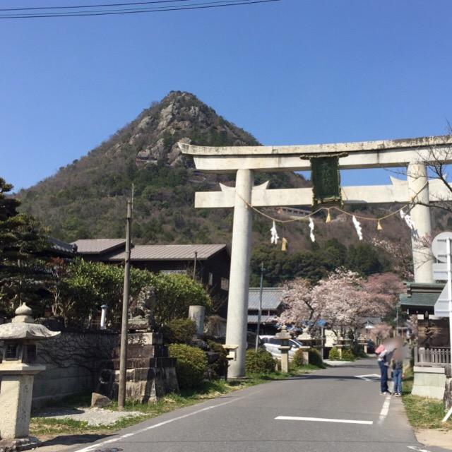 【阿賀神社(太郎坊宮)】 悪い心のある者は、巨石にはさまれる? 勝運の神様がいるパワースポット