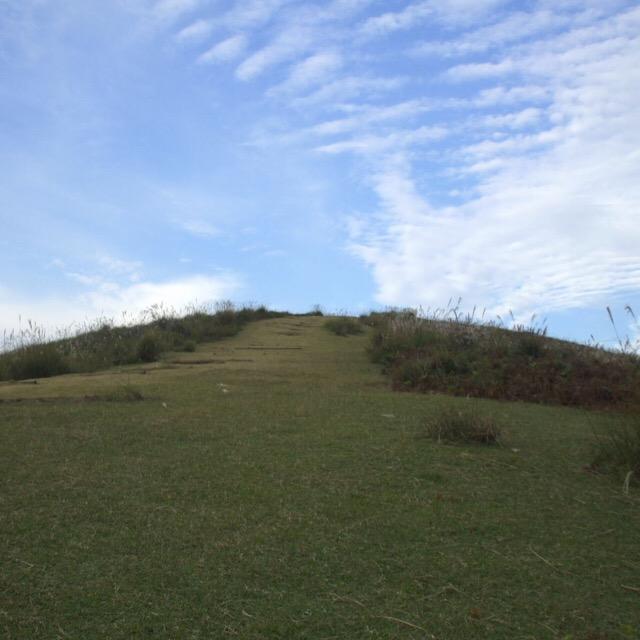 【奈良公園⑤ 若草山】 毎年、山が焼かれる! 芝で覆われた鹿だらけの小さな山。麓の北ゲートから徒歩で山頂へ