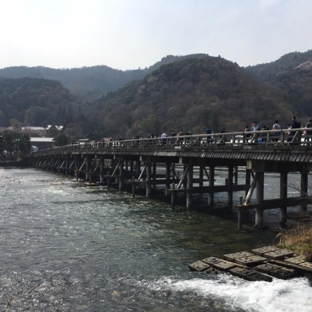 【渡月橋(とげつきょう)、キモノ・フォレスト】 嵐電(らんでん)嵐山駅を出てすぐ。嵐山観光の定番
