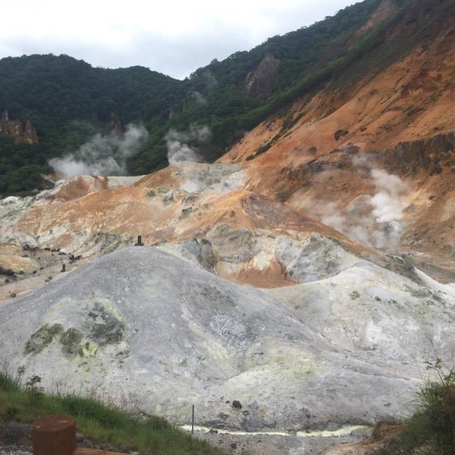 【登別温泉 地獄谷】 ボコボコボコ! 激しく沸く鉄泉池と、モクモク吹き上がる火山ガス。登別温泉三大史跡も見てね