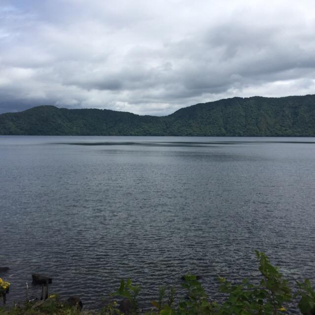 【倶多楽湖(くったらこ)】 大湯沼から日和山展望台を経由して、水質の良い美しいカルデラ湖へ
