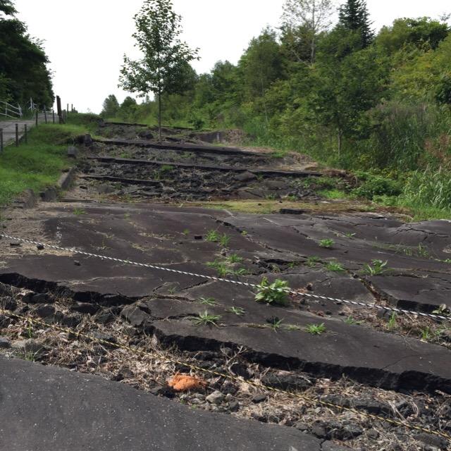 【西山山麓火口散策路① 北口】 2000年3月31日に噴火! 破壊された道路、倒壊した電柱などが見れます
