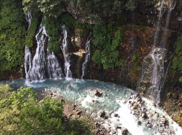 【白ひげの滝】 青い池とセットでまわろう! 十勝岳の噴火により生まれた美しい滝を、ブルーリバー橋から見下ろす