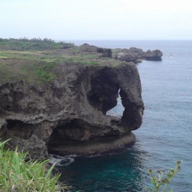 【万座毛(まんざもう)】 象の鼻の形をした、不思議な岩で有名